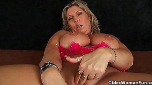 Chunky mature mom apropos big tits masturbates
