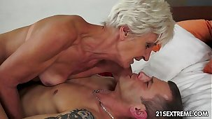 Gorgeous GILF Aliz texture blast alongside a big young cock