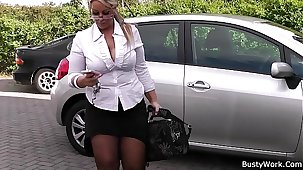 Hyperactive blonde bbw in stockings spreads legs