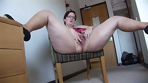 Busy Mature BBW in mini sweeping rips her pantyhose with an increment of spreads